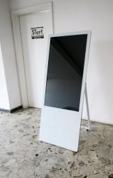 Kundenstopper mit 43 Zoll TouchDisplay